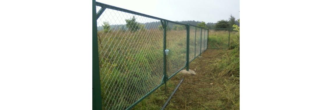 Заборные секции в сетке рабица